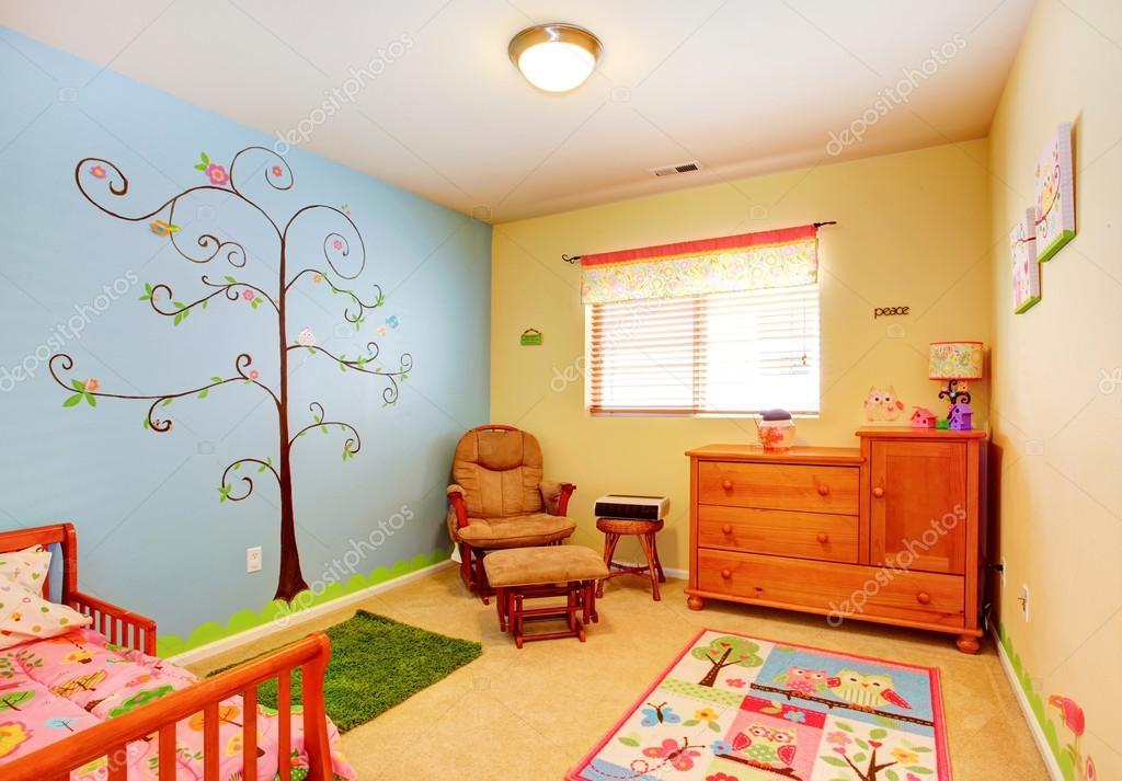 vrolijke kwekerij kamer interieur stockfoto
