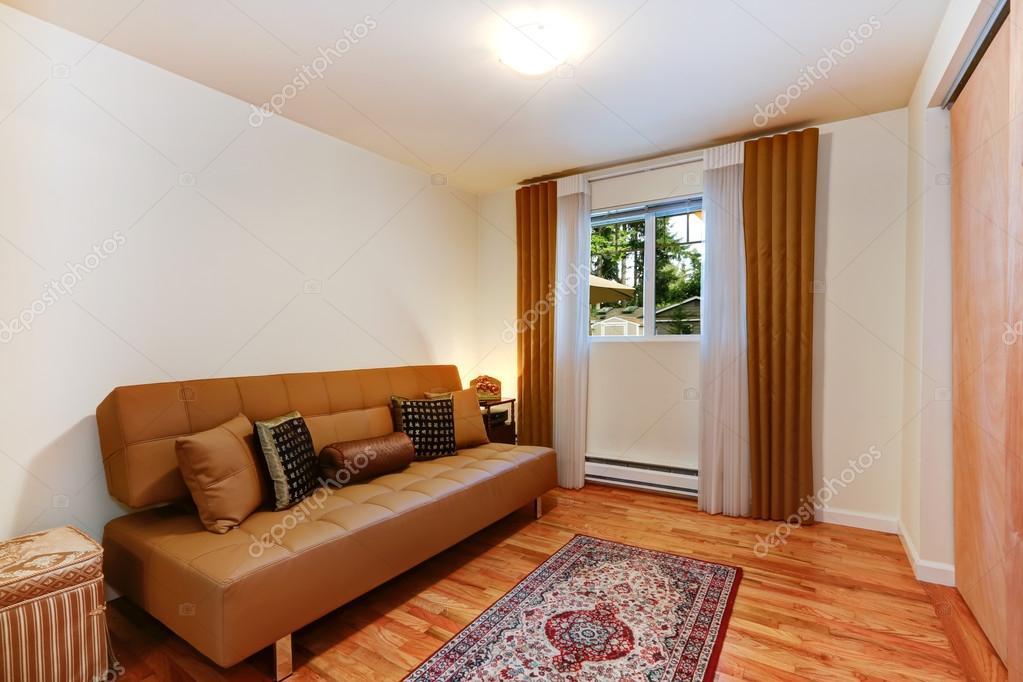 Intérieur de la chambre élégante avec canapé marron ...