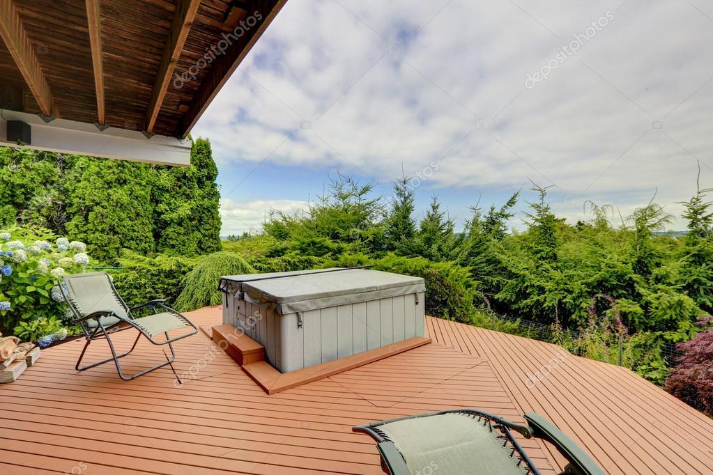 acogedor cubierta con jacuzzi y sillas cubierta tiene una vista hermosa naturaleza u foto de irianaw