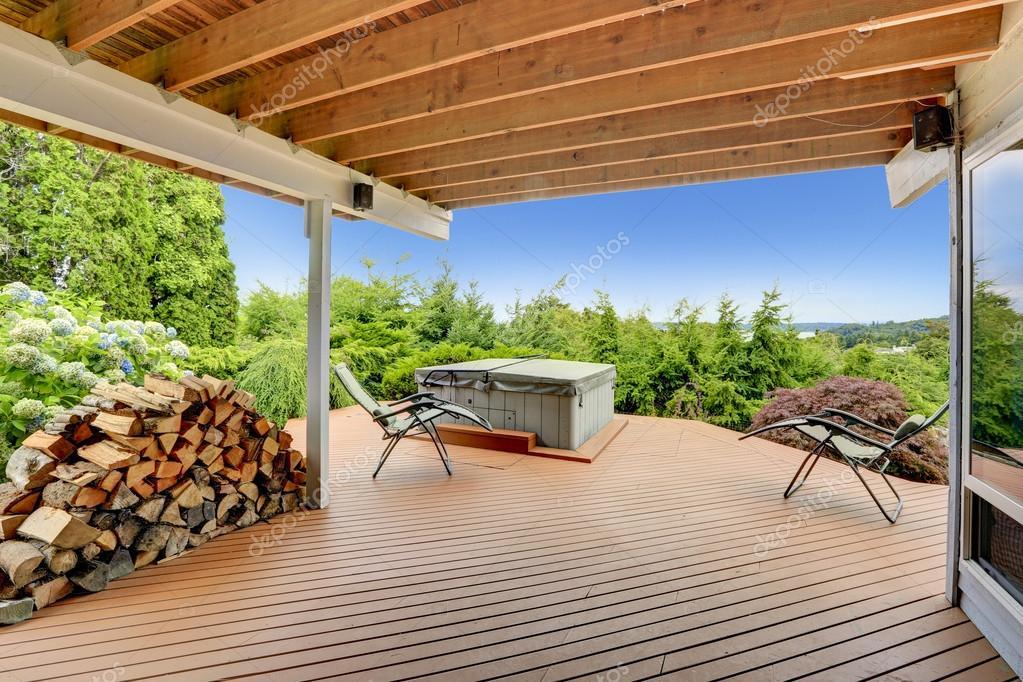 Agreable Terrasse Avec Jacuzzi Donnant Sur La Nature Pittoresque