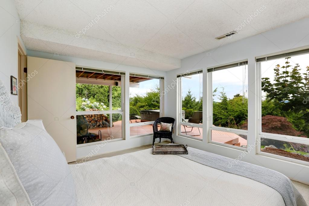 Belle chambre blanche avec mur de verre — Photographie iriana88w ...