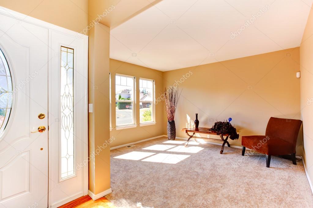 Leeg huis interieur entree hal en woonkamer u stockfoto