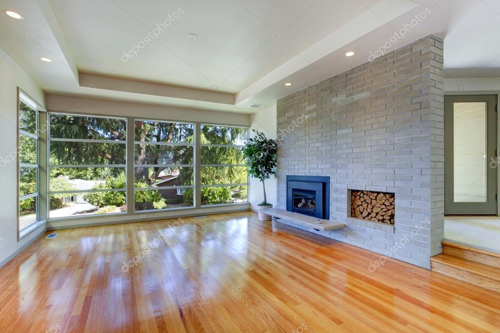 leeg huis interieur. woonkamer met glazen wand en bakstenen muur ...