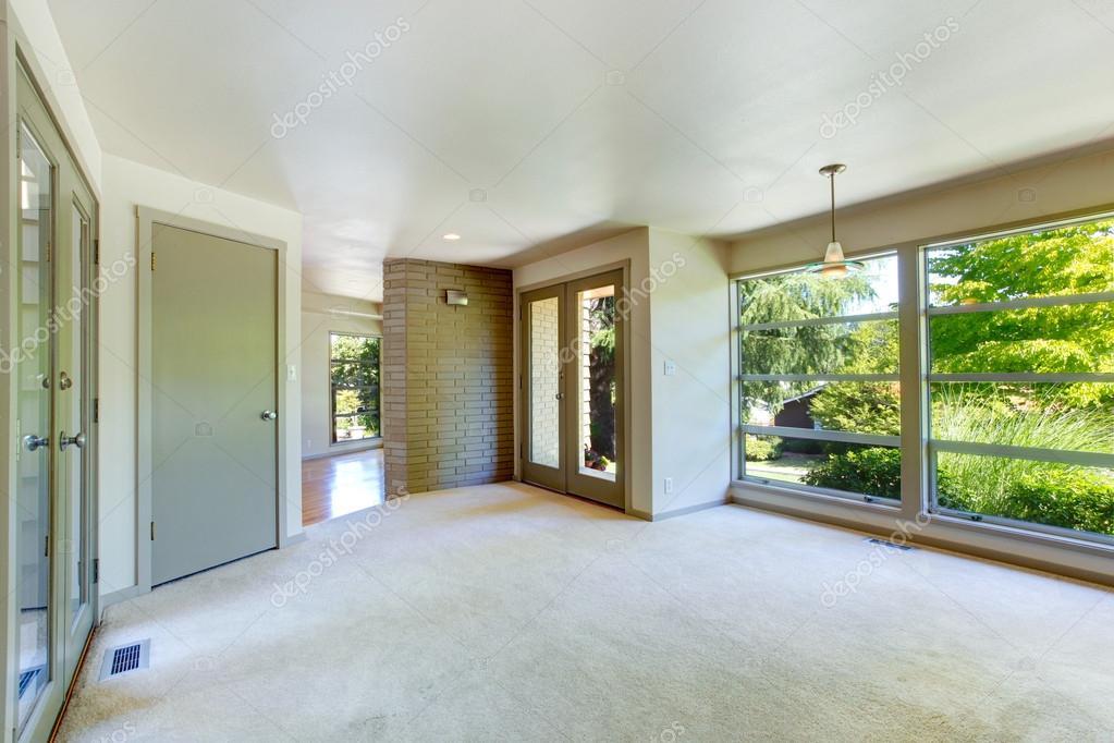Glazen Wand Woonkamer : Leeg huis interieur. woonkamer met glazen wand u2014 stockfoto