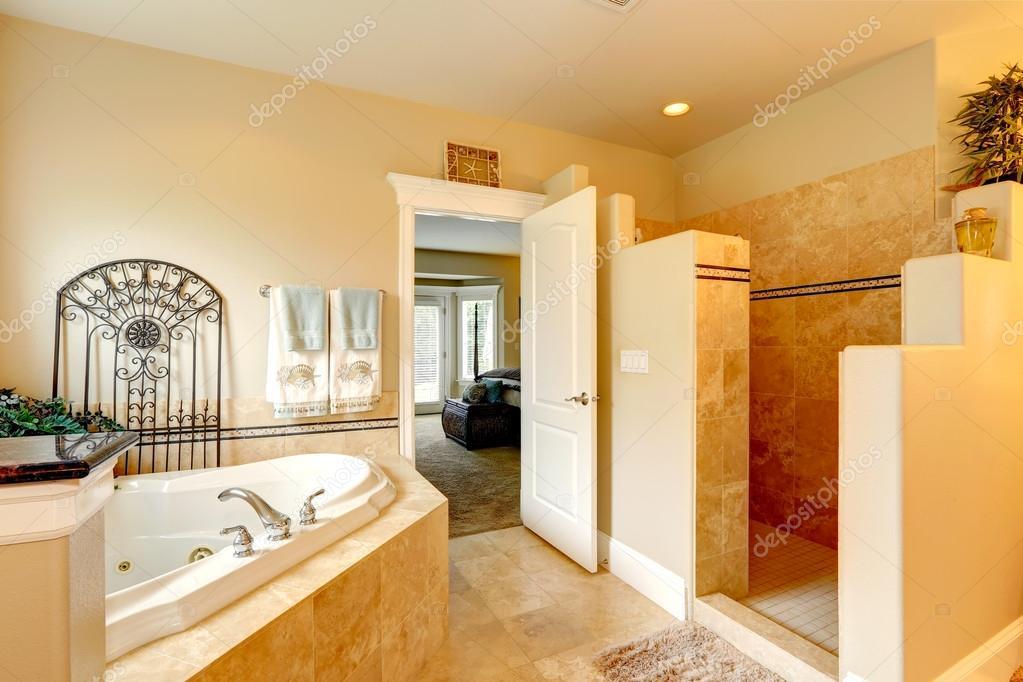 bagno di lusso con vasca idromassaggio e doccia — Foto Stock ...