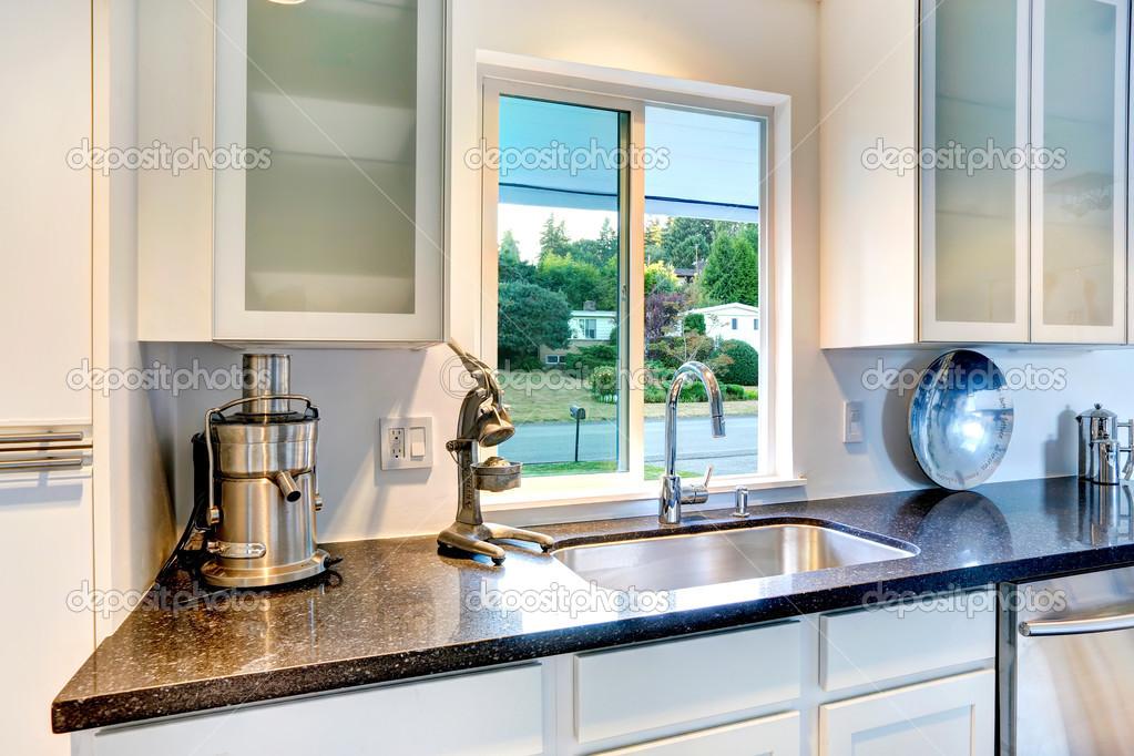Armadio da cucina con piano in granito e lavello foto - Cucine con finestra sul lavello ...