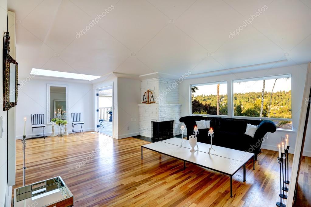 Lichte woonkamer interieur met witte bakstenen open haard ...