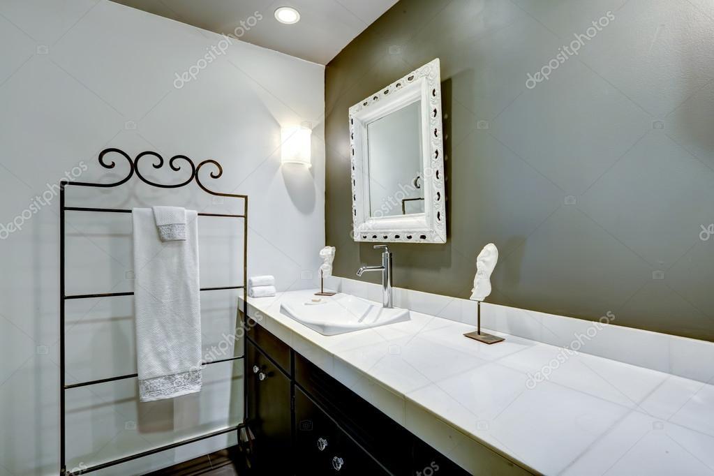 Badezimmer Interieur In Weiss Und Olive Farben Stockfoto