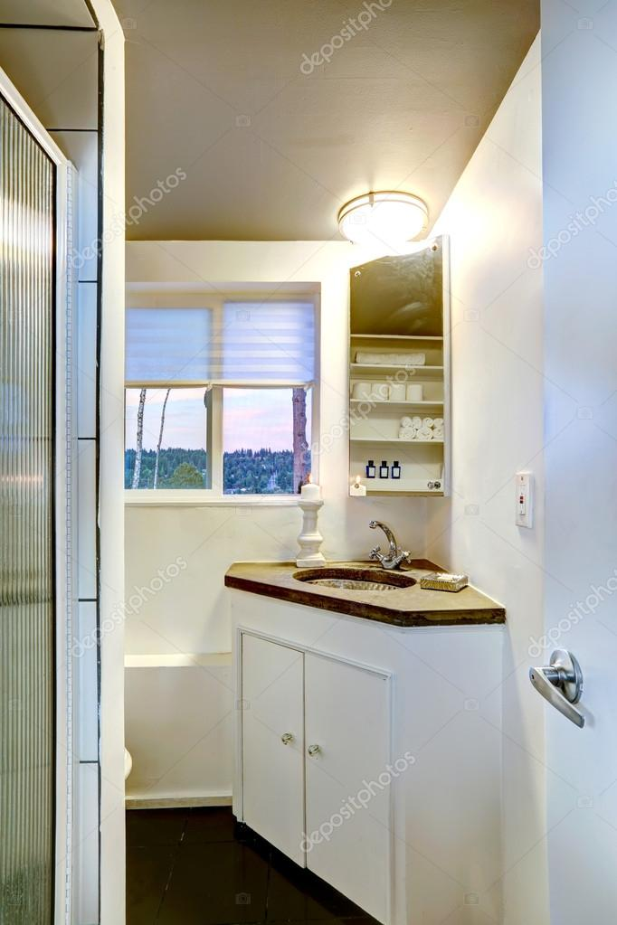 캐비닛 작은 욕실 인테리어 — 스톡 사진 © iriana88w #51342057