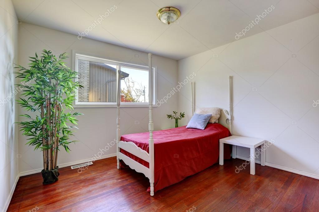 Interior de dormitorio con cama de palo alto foto de - Cama en alto ...