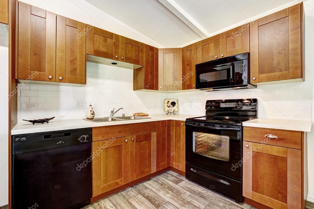 gabinetes de cocina con electrodomésticos negros — Fotos de Stock ...
