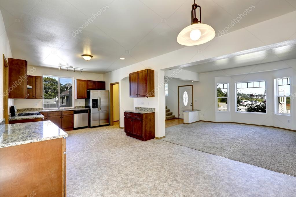 Casa con espacio abierto habitaci n vac a sal n y cocina for Cocina salon espacio abierto