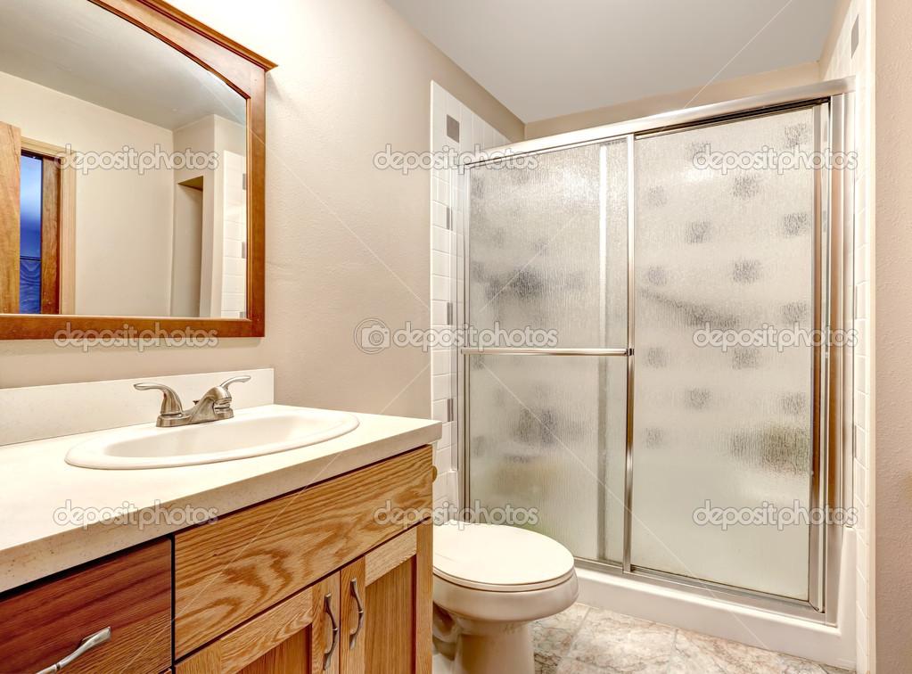 badkamer interieur. glazen deur douche — Stockfoto © iriana88w #51683727