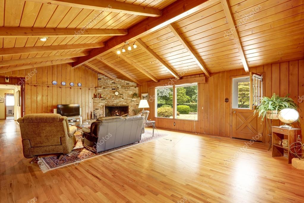Cabane en bois rond int rieur de maison salle de s jour avec chemin e et cui - Maison avec cheminee ...