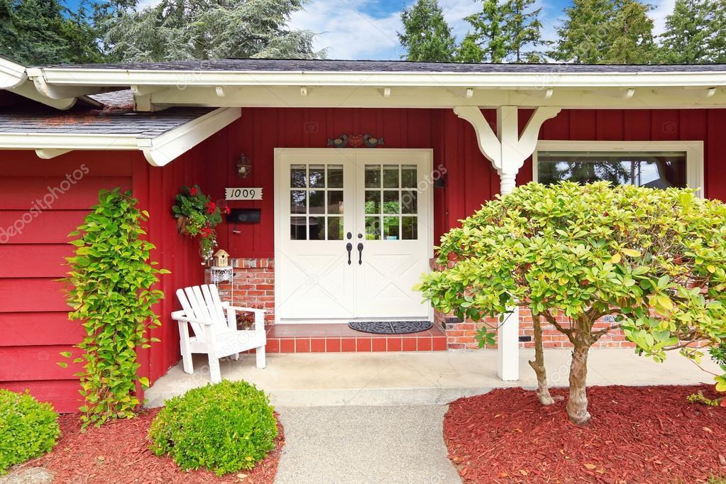 Porche d 39 entr e de maison classique avec mur de briques trim photographie iriana88w 51705195 - Maison avec porche d entree ...