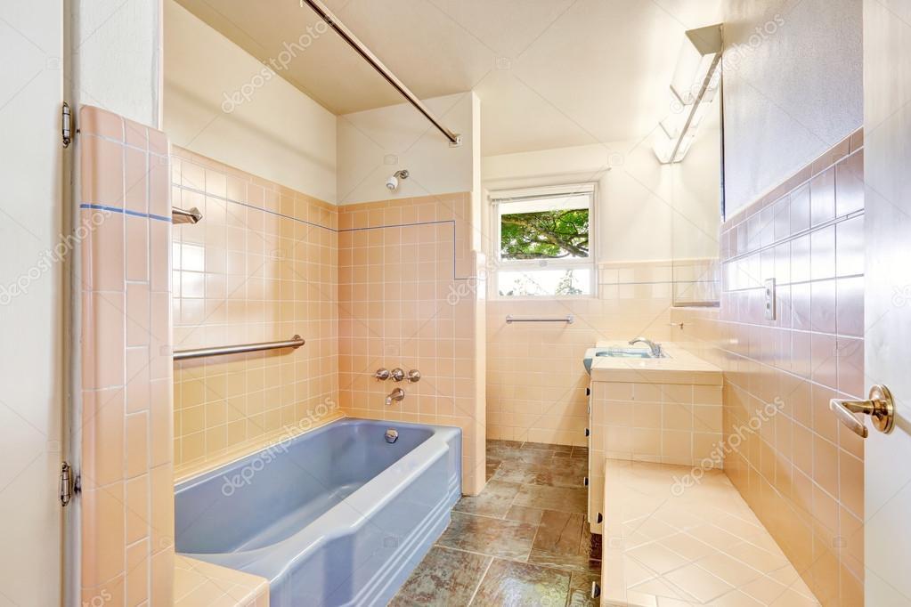 Ivoire salle de bains avec baignoire bleu — Photographie iriana88w ...