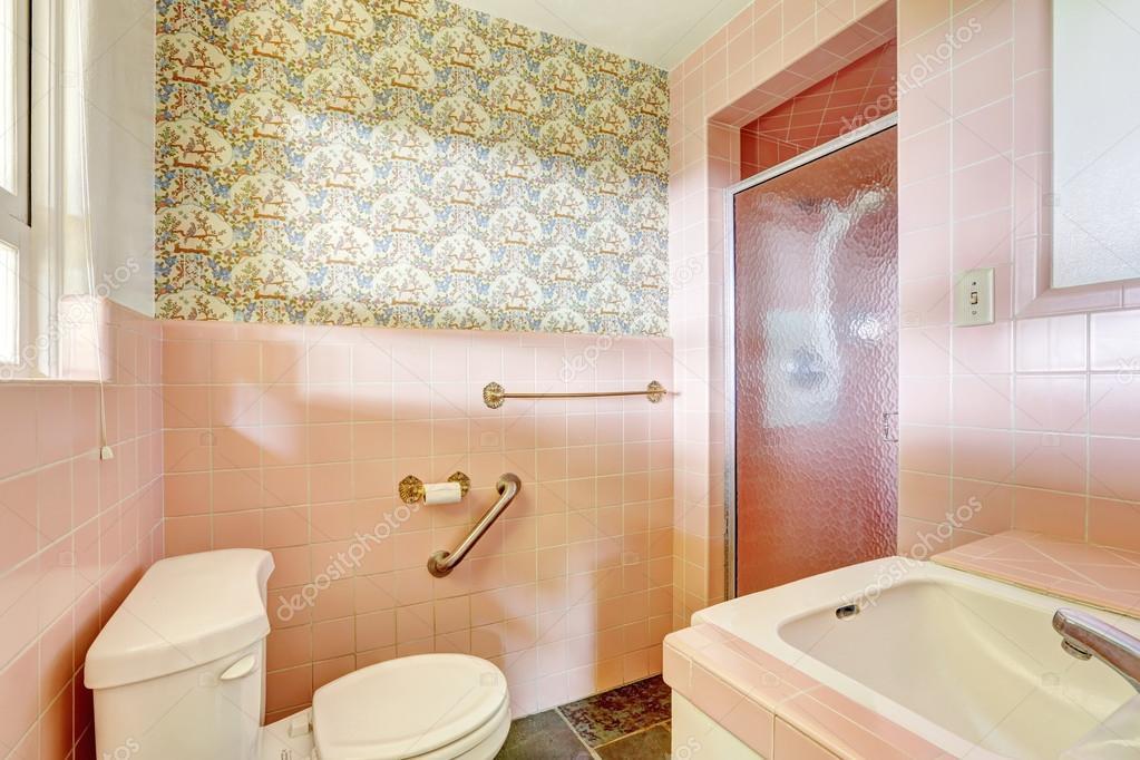 lichte roze badkamer in oude huis — Stockfoto © iriana88w #51769477