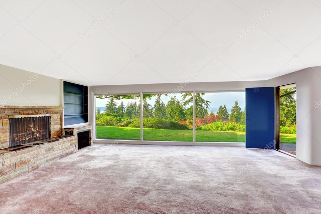 Lege ruime woonkamer met staking kelder met uitzicht op bea ...