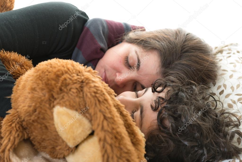 Familie Lifesingle Mutter Schläft Mit Sohn Stockfoto Yelo34