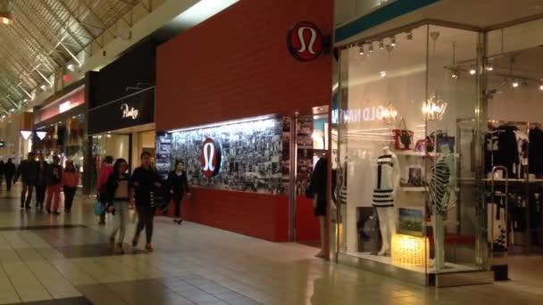 Shopper uvnitř nákupního centra coquitlam