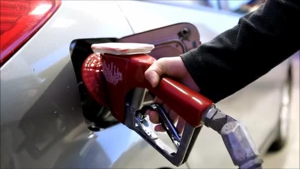 náplň do auta nádrž s palivem na stanici