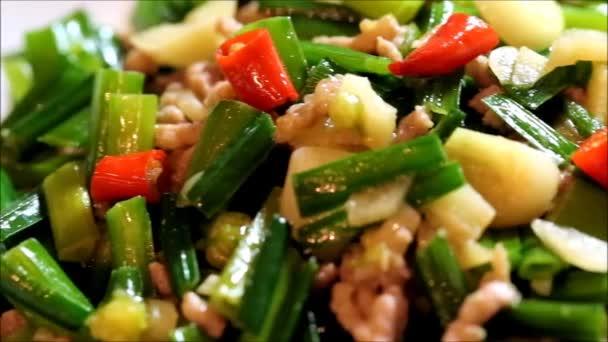 jídlo zvané pažitka bud smažené mleté vepřové maso