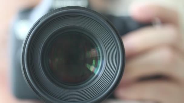 Fotografen, die Bedienung einer Kamera