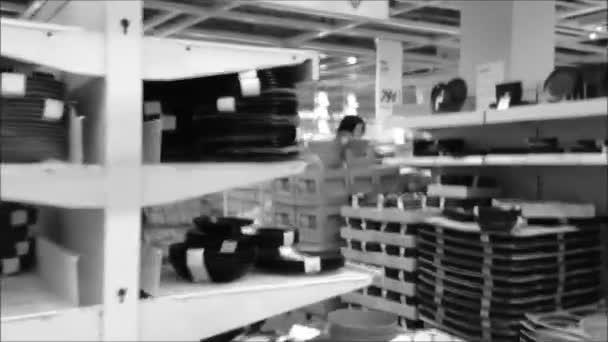 lidé nakupovat své nádobí s černou a bílou laděných
