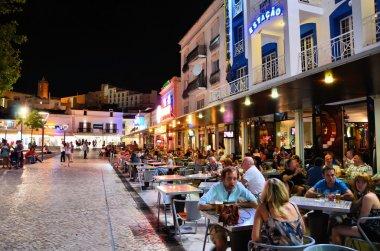 albufeira, algarve, Portekiz için yürüyen bir sokakta barlar