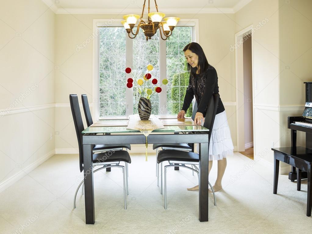 Mujer madura preparando la mesa del comedor foto de - Comment decorer sa salle a manger ...