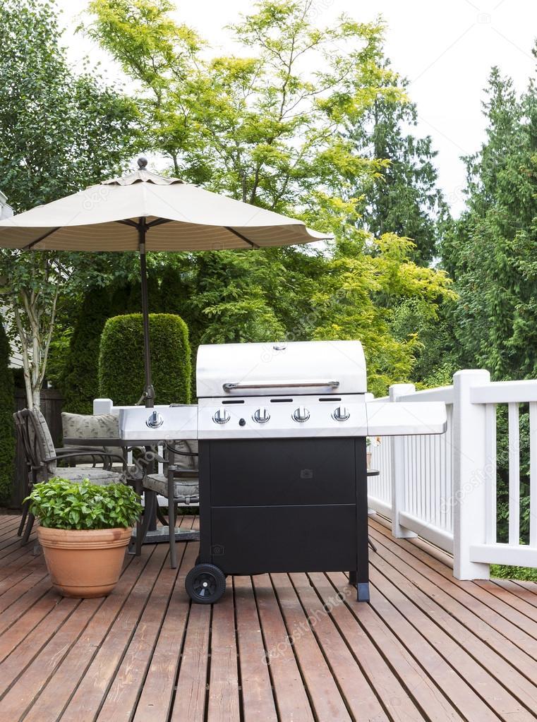 gran cocina al aire libre en la cubierta de cedro — Fotos de Stock ...