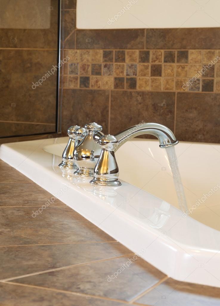 Riempire la vasca da bagno foto stock tab62 42790771 - Vasca da bagno immagini ...