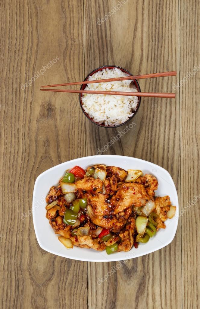 plat chinois poulet pic avec du riz dans un bol sur bois. Black Bedroom Furniture Sets. Home Design Ideas