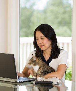 Olgun kadın evde çalışma sırasında onu kedi ile rahatlatıcı