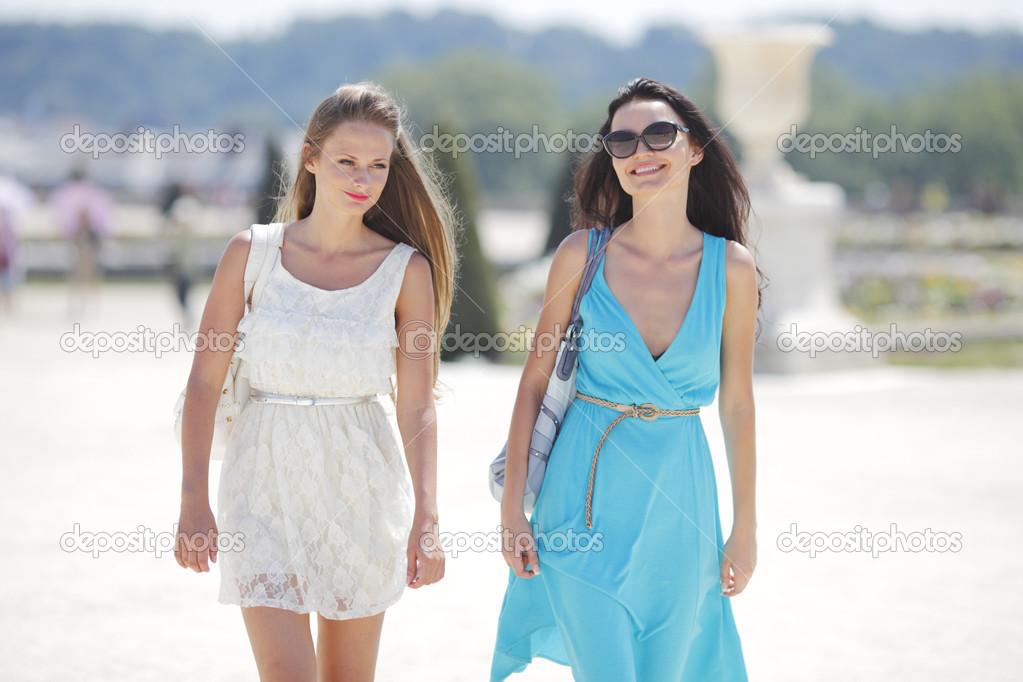 89a4be493bdeb3 zwei Frauen über Straße Hintergrund — Stockfoto © yellow2j #12521255