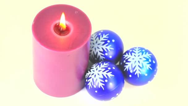 fialové hořící svíčku a modré kuličky dekorace