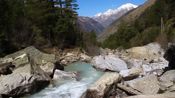 horská řeka, která teče v údolí