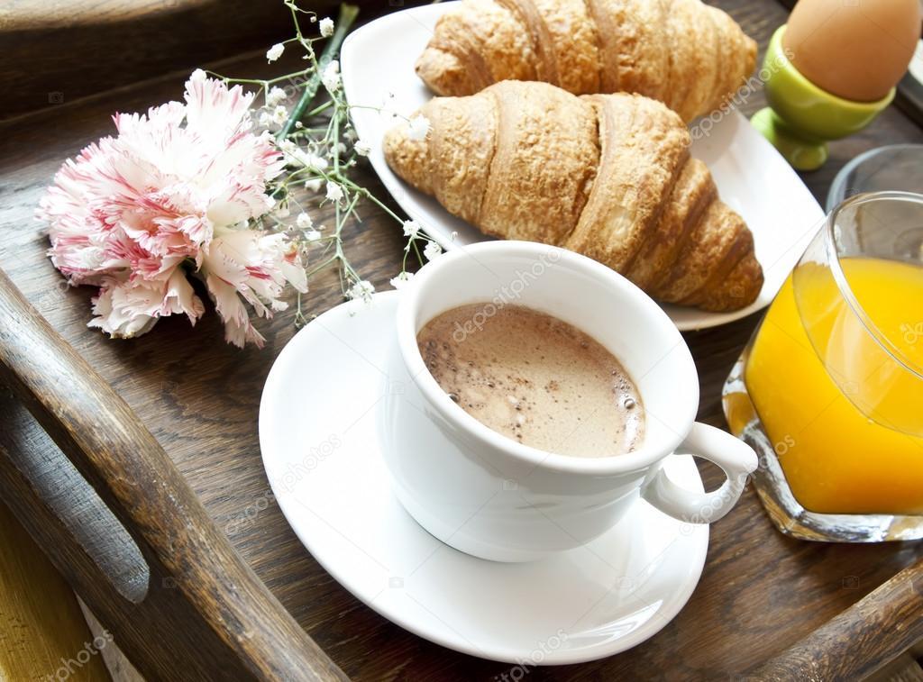 Francese colazione con caff fiore e croissant foto for Colazione cinese