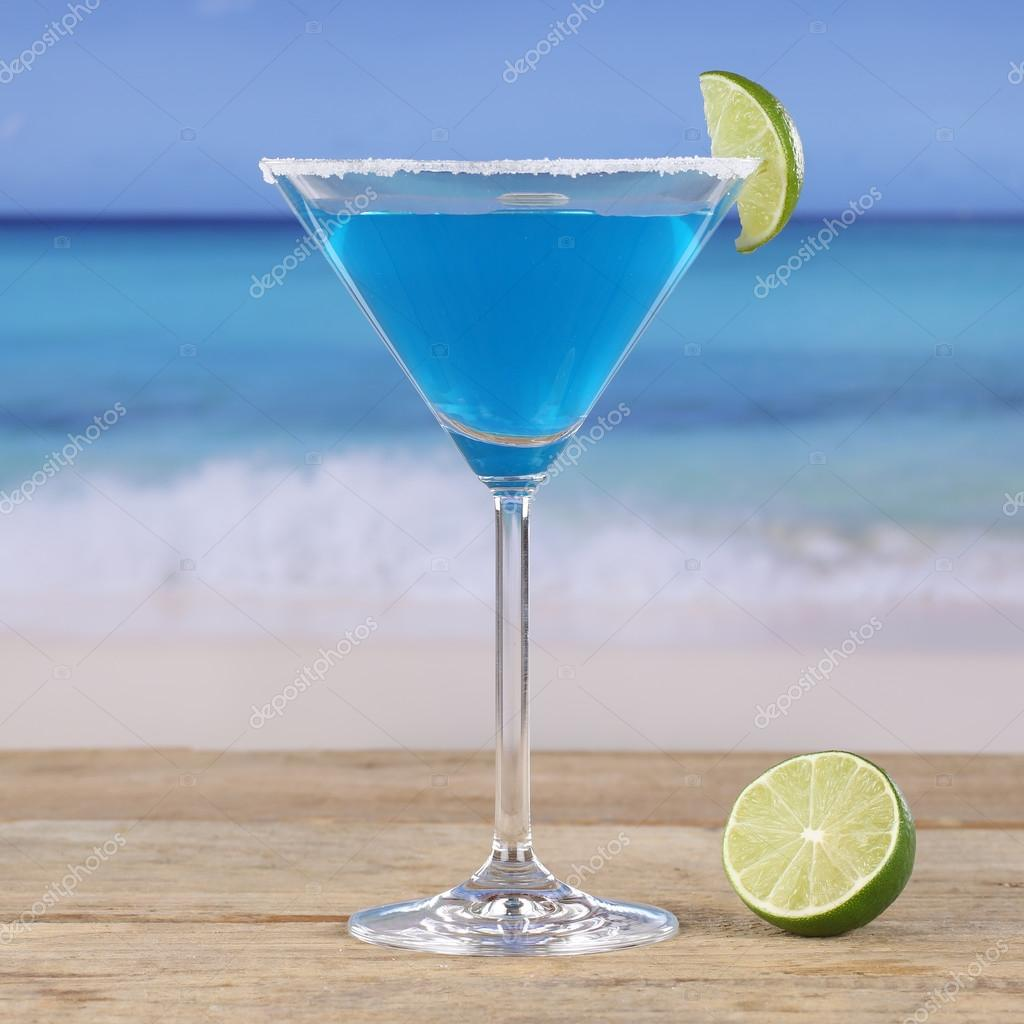 Blauw curacao cocktail drinken op het strand stockfoto for Cocktail curacao