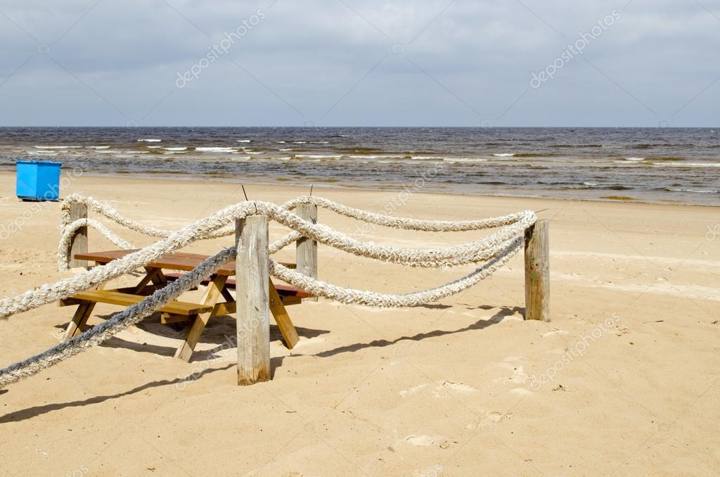 Seil Protokoll Zaun Strand Sand Tabelle Bank Abfalleimer Stockfoto