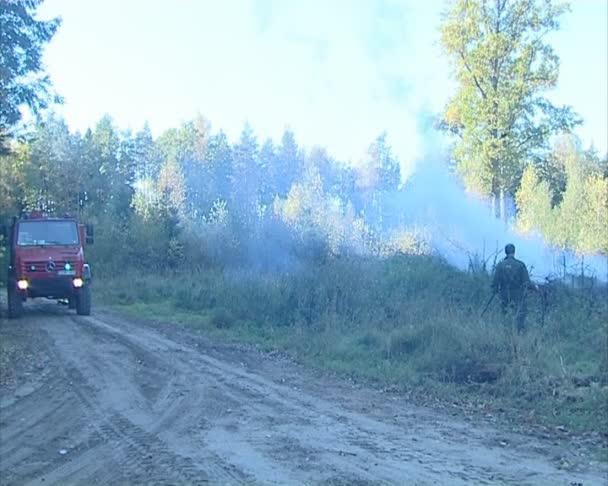 požární auto s modrými světly a hasiči