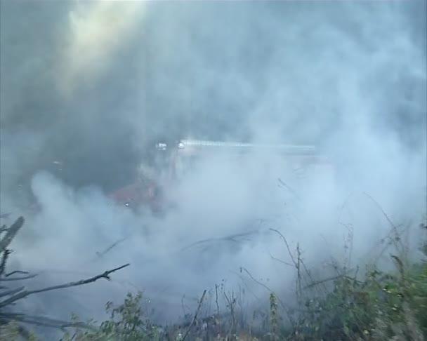 požární auto a hasič hašení ohně