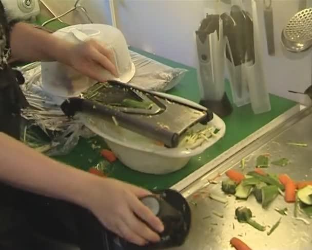 vaření zdravé jídlo. strouhaný a řezané zelenina
