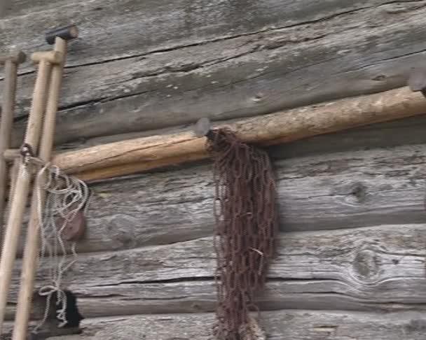 dřevěný dům a řadu starých nástrojů, visící na zdi
