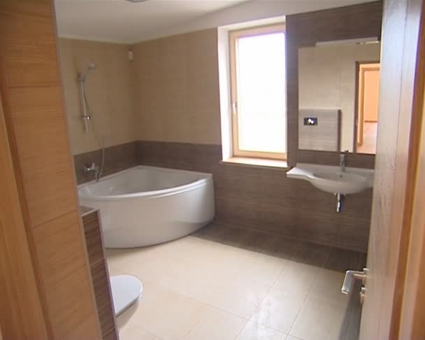 Podrobnosti o moderní nového domu. koupelna a dřevěné schody dolů