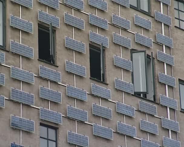 costruzione parete con lof di collettori solari. energie rinnovabili