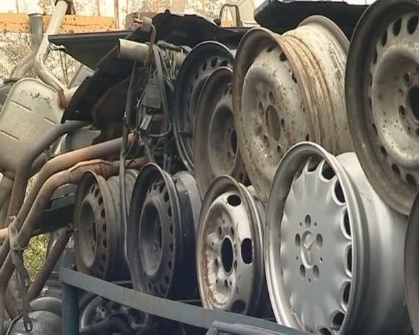 kola pneumatiky a části těla. automobilových dílů v díře.
