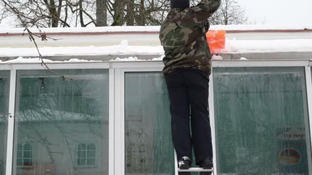 muž žebřík čistý sníh