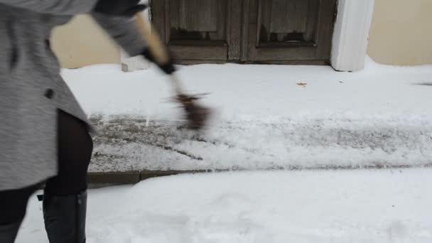 žena sweeper sníh zima