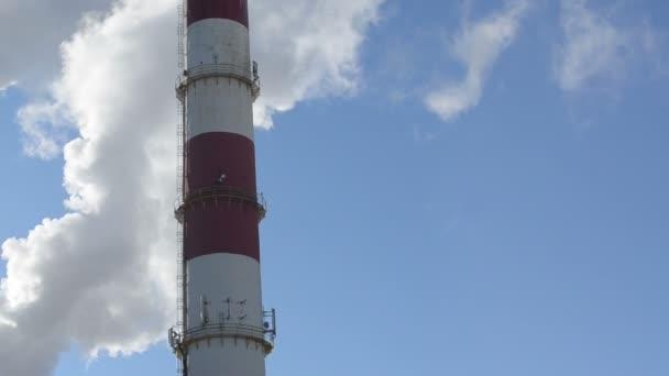Panorama kouře průmyslového komína topný kotel dům městské obloze